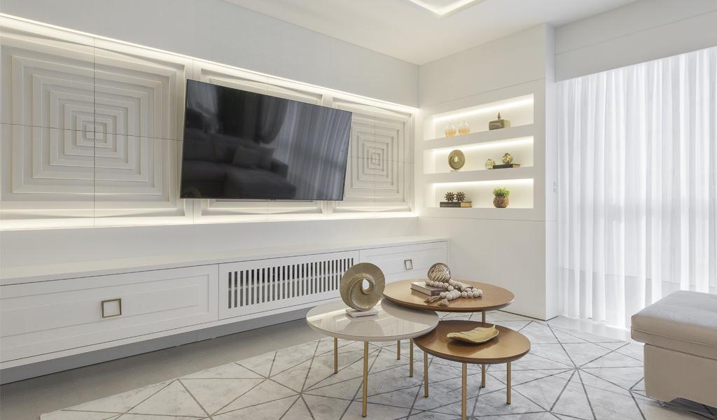 Ampla sala com Tv bem ao centro. Atrás da TV, um painel horizontal com o revestimento Drix da Palazzo.