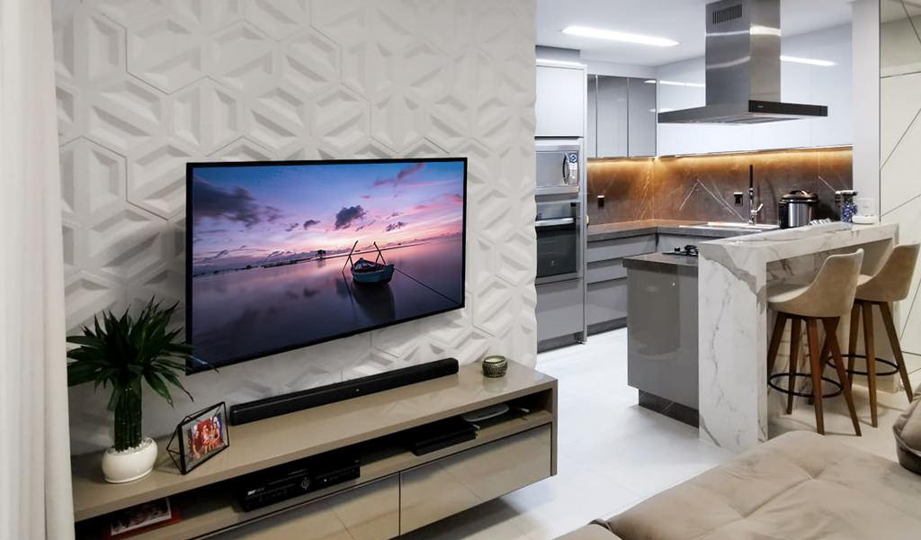 Foto de sala de Tv integrada com cozinha. Atrás da parede da Tv, o revestimento Dueto, da Palazzo.