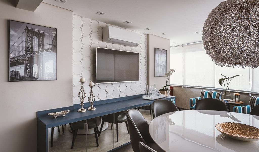 Sala de Jantar com uma televisão ao centro. Atrás da TV, um painel com o revestimento Jump da Palazzo.
