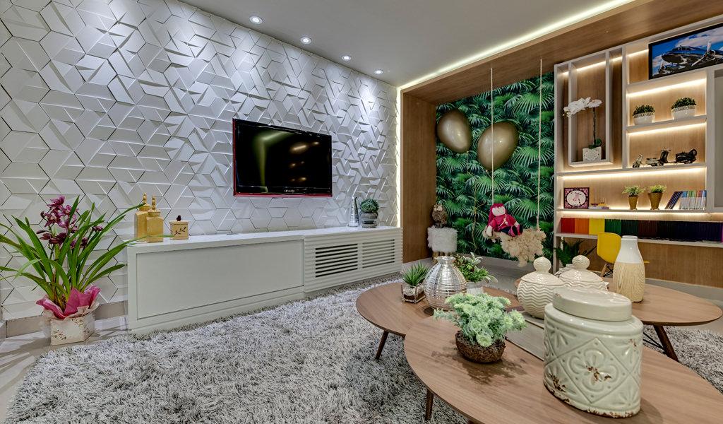 Sala de Tv ampla com mesinhas ao centro. Na parede em destaque, o revestimento Three da Palazzo ocupa toda a parede com a TV ao centro.